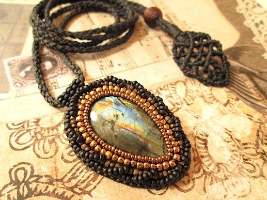 ビーズ刺繍の天然石ペンダント 080