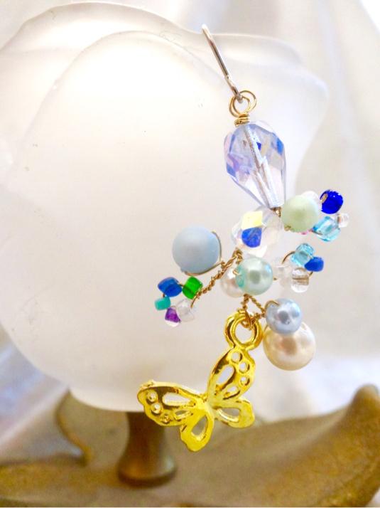 舞い踊る蝶のチタンピアス 鏡の湖(片耳用・イヤリングに変更可)p-7