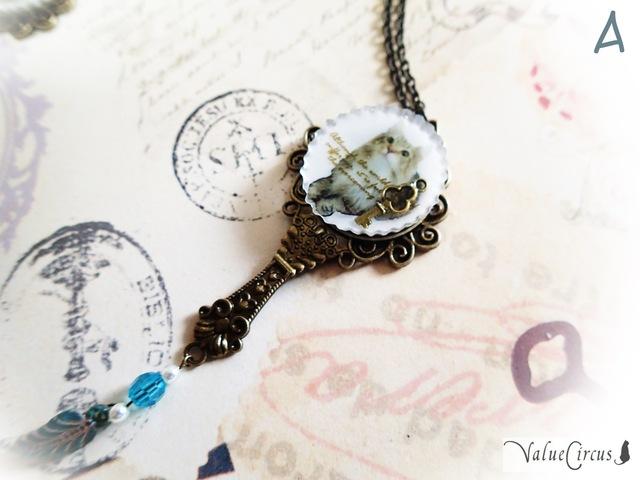 古風な猫の手鏡のネックレス【お砂糖色】