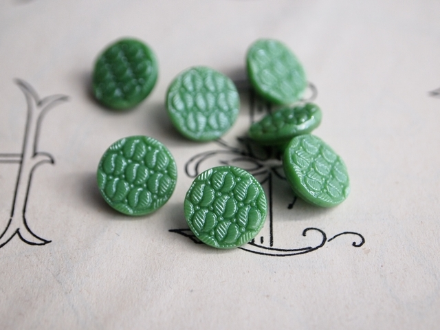 フランス 葉っぱ柄のガラスボタン 緑 2個セット