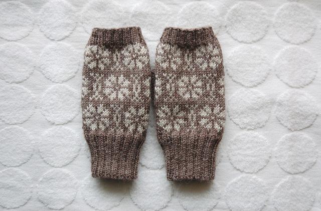 手編みの指なしミトン  北欧フラワー モカ×薄グレー