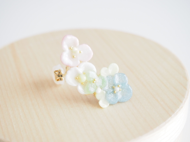 ふんわり色のお花 イヤーカフ