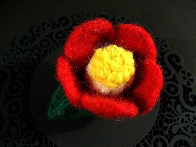 ふんわり冬椿の羊毛ブローチ_464