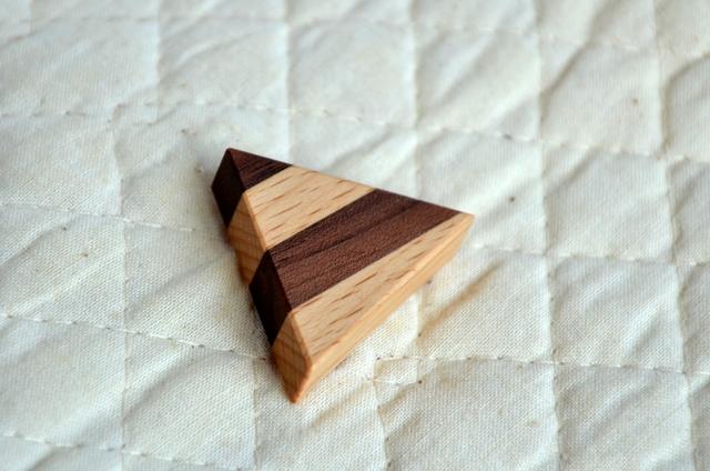 三角ブローチ(ウォルナット)