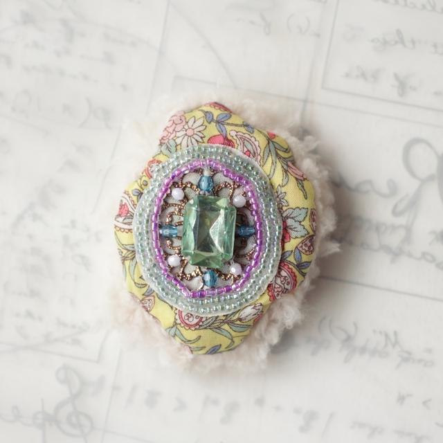 ビーズ刺繍のモコモコブローチ