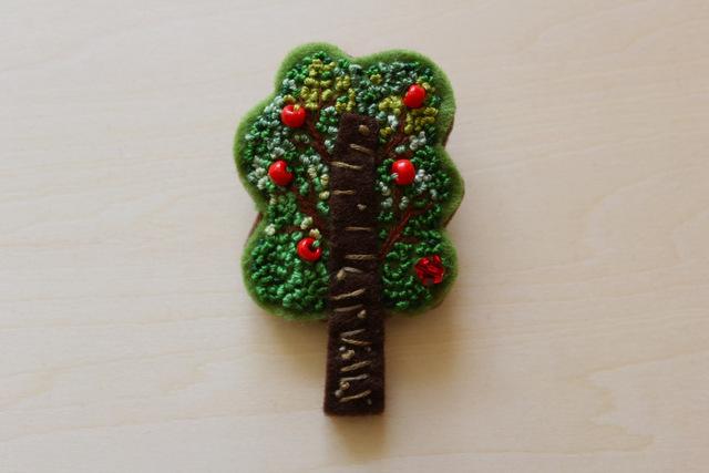 フレンチノット刺繍フェルトのブローチ りんごの木
