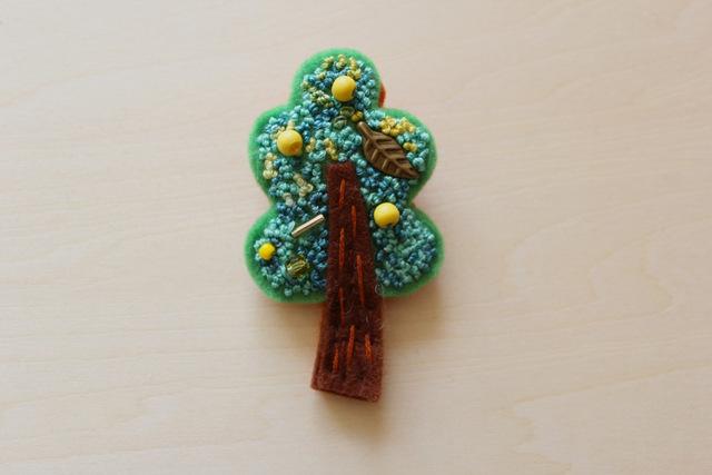 フレンチノット刺繍フェルトのブローチ レモンの木