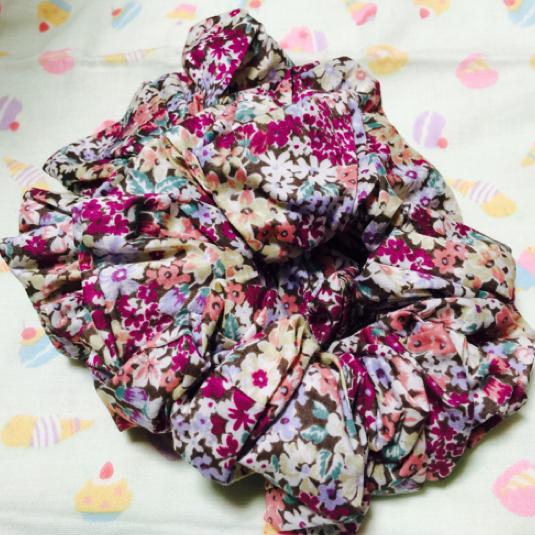 紫の小花柄シュシュ