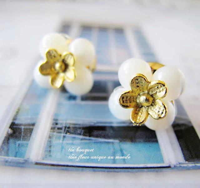 マザーオブパールにお花を添えて ピアスorイヤリング