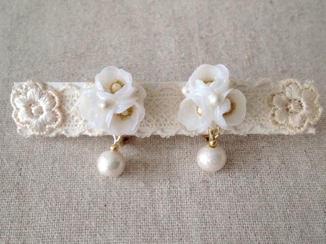 染めた小花を樹脂加工したイヤリング(ホワイト)
