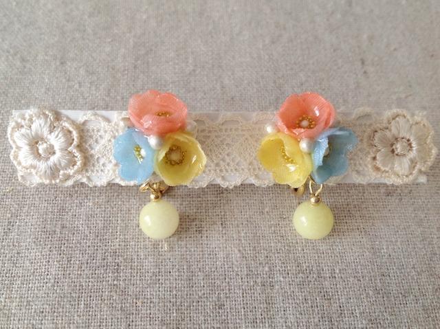染めた小花を樹脂加工したイヤリング(桃色×水色×黄色)