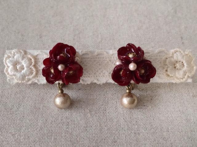 染めた小花を樹脂加工したイヤリング(ボルドー)
