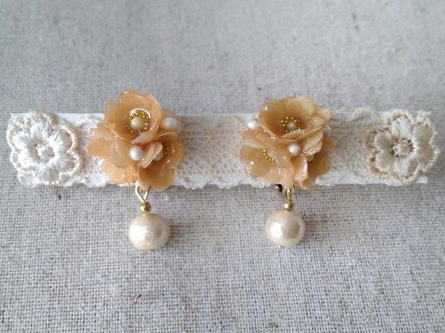 染めた小花を樹脂加工したイヤリング(ベージュ)