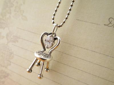 椅子のネックレス