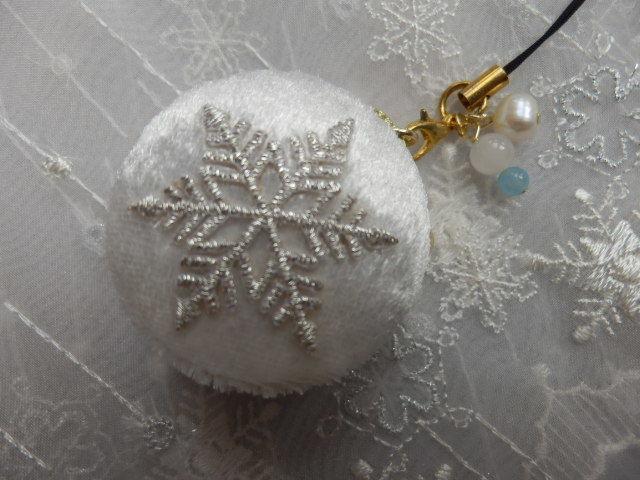 雪の結晶マカロンケース白 小型?(天然石の飾りつき)
