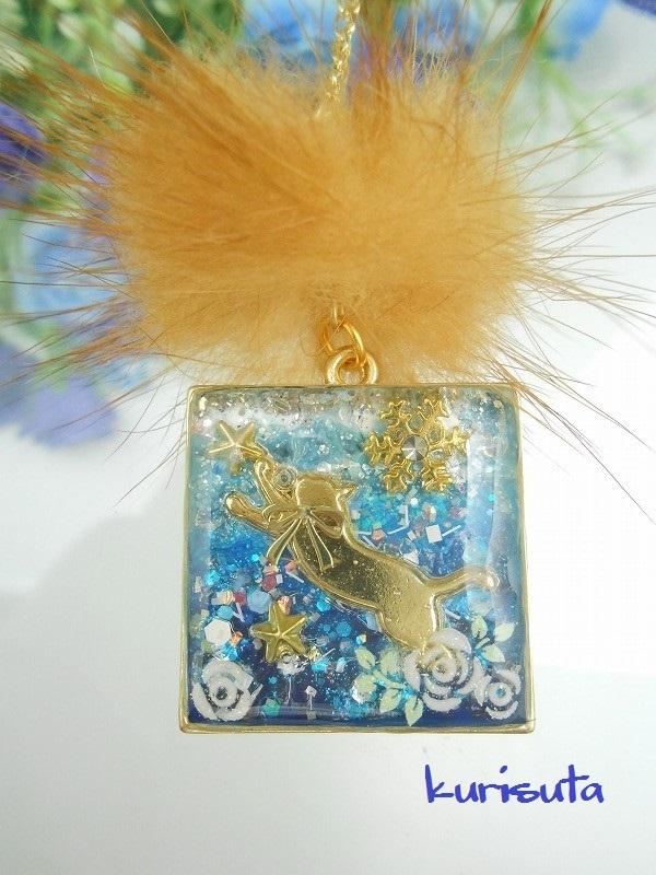 スクエア型 うさぎ系天然ファーと猫ネックレス スカイブルー 飛びつく猫と雪の結晶と星と花 レジン製