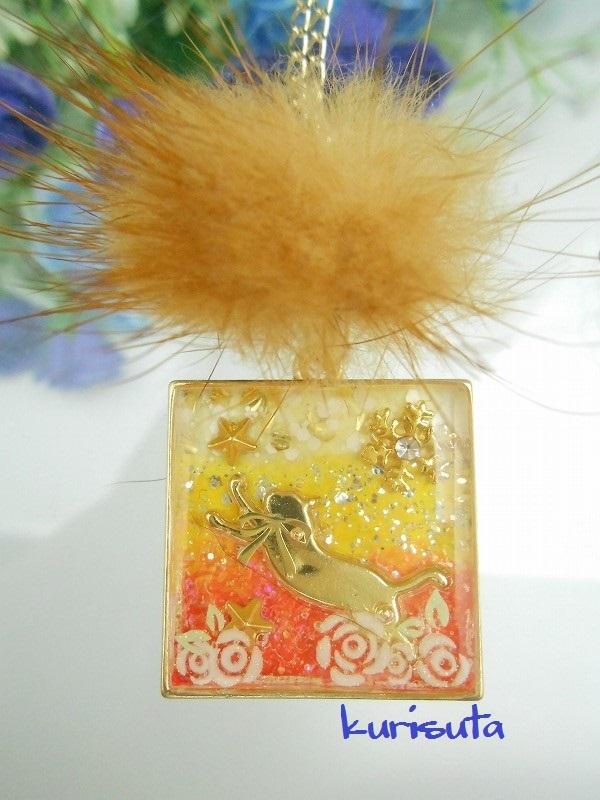 スクエア型 うさぎ系天然ファーと猫ネックレス ビタミンオレンジ 飛びつく猫と雪の結晶と星と花 レジン製