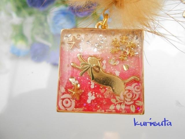スクエア型 うさぎ系天然ファーと猫ネックレス ラブリーピンク 飛びつく猫と雪の結晶と星と花 レジン製