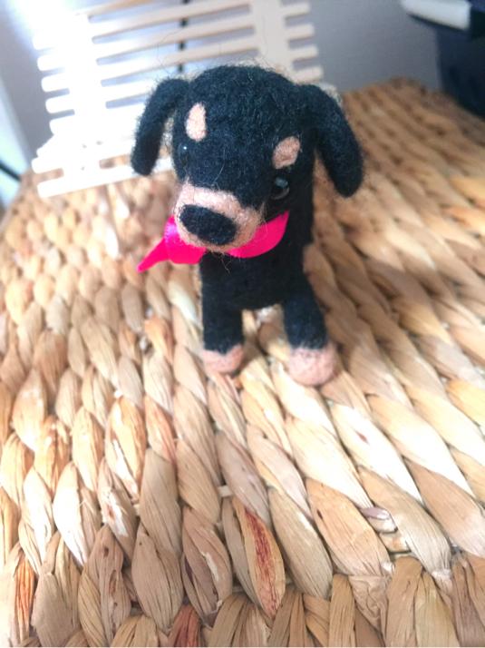 羊毛で出来た小さなダックスさん。