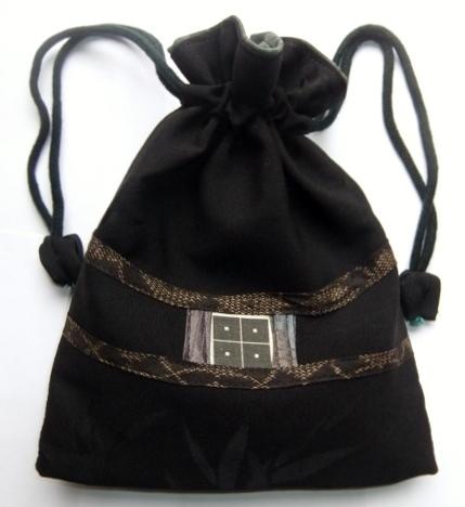 着物リメイク 地模様入りの黒の羽織で作った巾着袋 1069