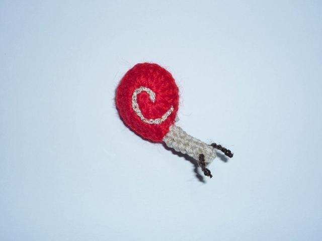 手編みカタツムリのブローチ【あか】