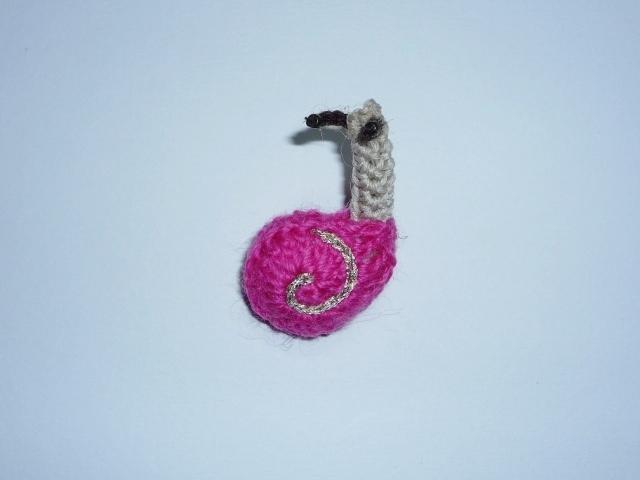 手編みカタツムリのブローチ【ぴんく】