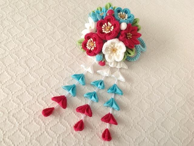 〈つまみ細工〉藤下がり付き梅と小菊と江戸打ち紐の髪飾り(白と水色と紅梅)
