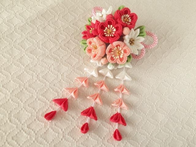 〈つまみ細工〉藤下がり付き梅と小菊と江戸打ち紐の髪飾り(白とサンゴとサーモンピンク)