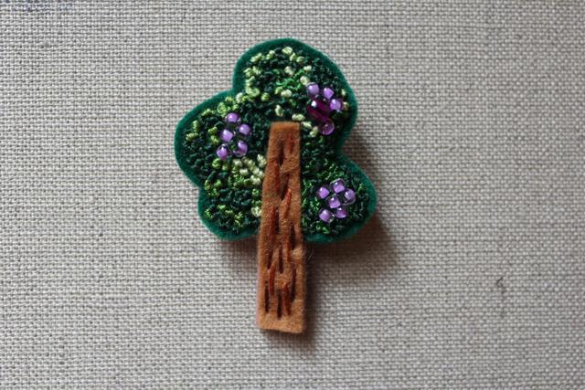 フレンチノット刺繍 フェルトブローチ ブドウの木