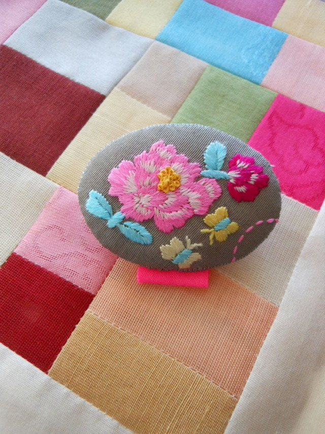 刺繍ブローチ グレイ