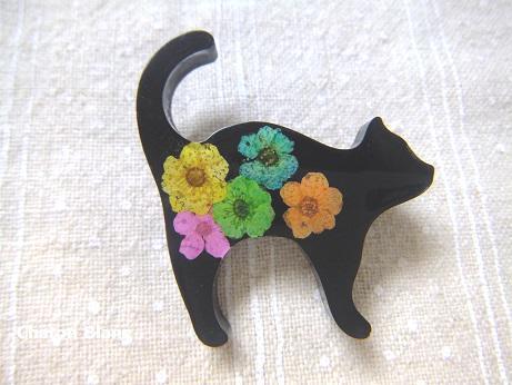 お花入り黒猫のブローチ