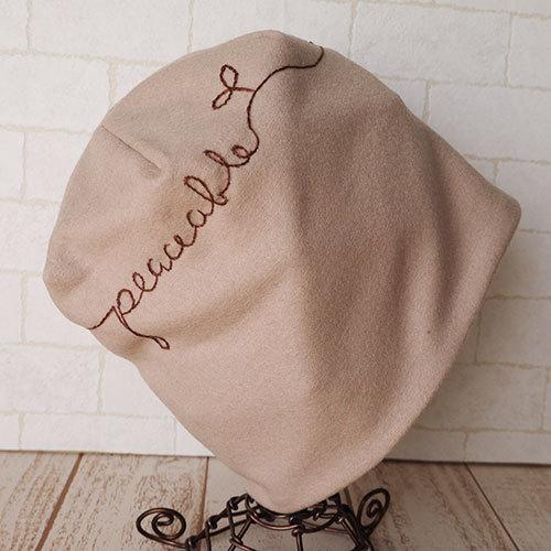 英文字ラインの刺繍入り圧縮ウールニット生地のニット帽
