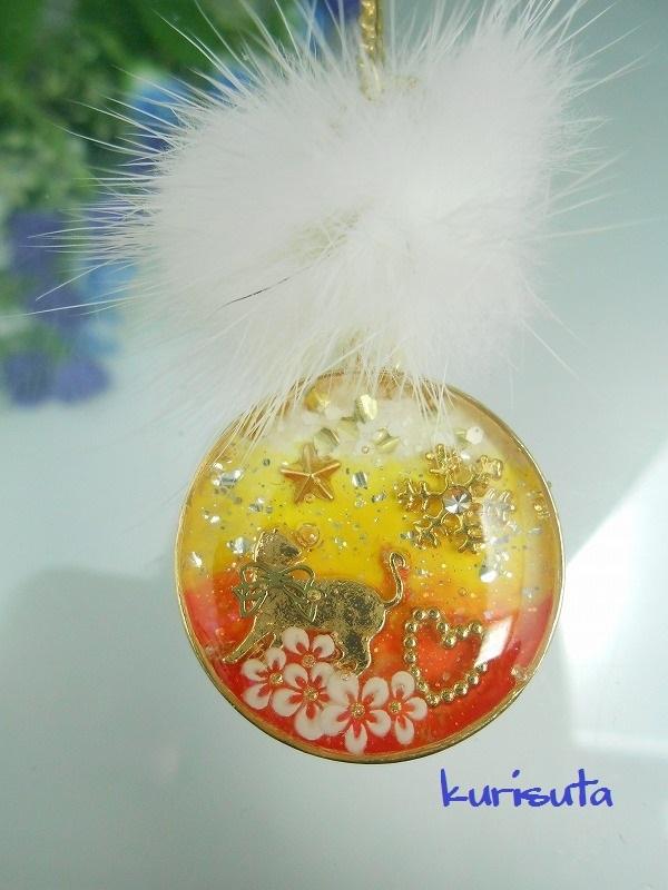 丸型 うさぎ系天然ファーと猫ネックレス ビタミンオレンジ 振り返る猫と雪の結晶とハートと花 レジン製