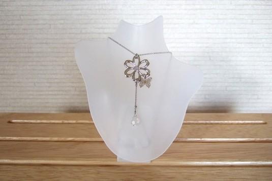 お花と蝶々のネックレス