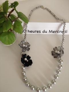 le collier de fleures et perles gris