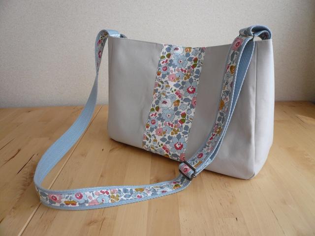 リバティ Betsy (ベッツィ) ×帆布 のショルダーバッグ