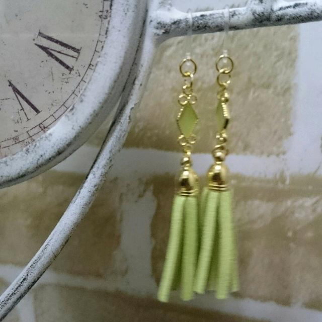 黄緑のタッセルのピアス