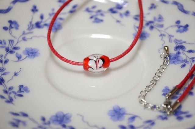 赤いとんぼ玉の紐ネックレス