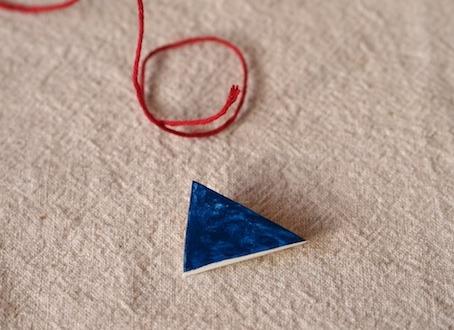 二等辺三角形風ブローチ/群青色