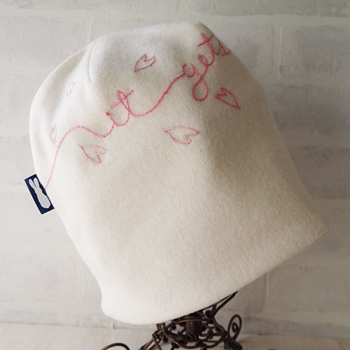 英文字ラインの刺繍入りウールニット生地のニット帽