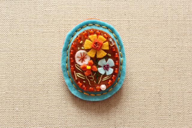 アンティーク風フェルトブローチ 青空と野の花