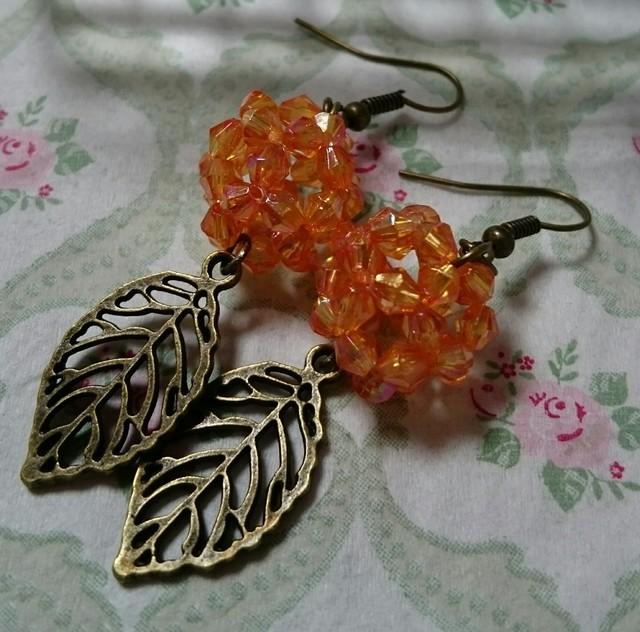 *オレンジのビーズボールと木の葉のピアス*