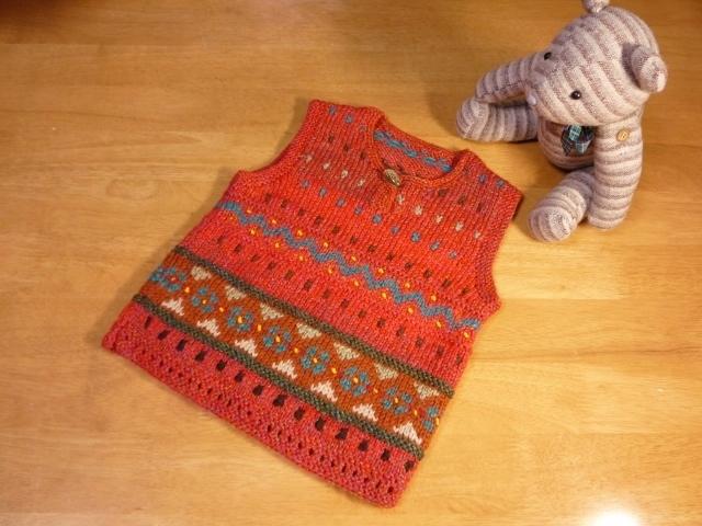 子供用手編み赤い編込みベスト