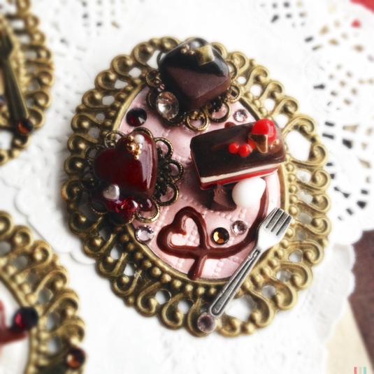【バレンタインスペシャル】3種のミニケーキプレートの 大きなブローチ A?あまい誘惑