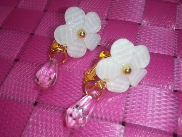 ★イヤリング★白い花★ピンク★シンプル★ゴールド★
