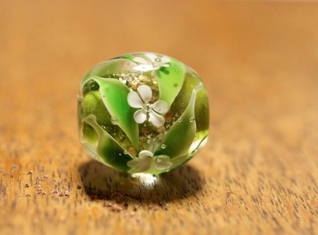 glass beads (とんぼ玉)五弁白い小花/緑地