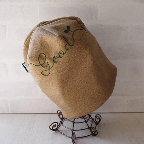 英文字刺繍入りウールニット生地で作ったニット帽(クローバー)