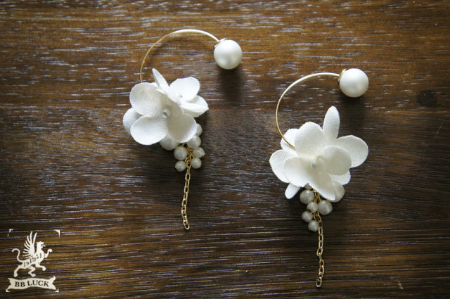 pierce  【 ちいさな紫陽花とパールのフックピアス * off white 】