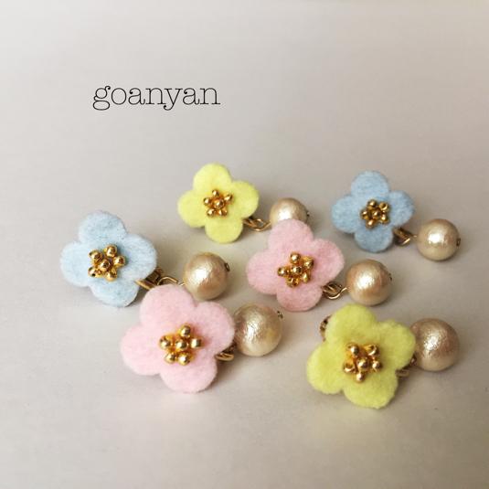 フェルトのお花と白い実のイヤリング