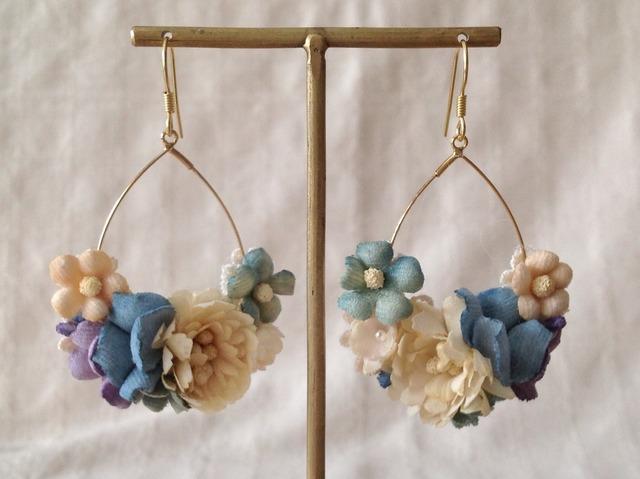 染め花のフープピアス(涙型・オフホワイト&ブルー)